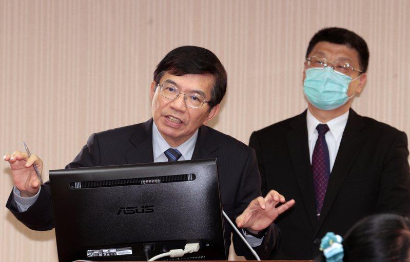 台鐵「企業化」說不清,交通部長王國材(左)首度喊出企業化就是「國營公司化」,三年內成立「台灣鐵路公司」。記者蘇健忠/攝影