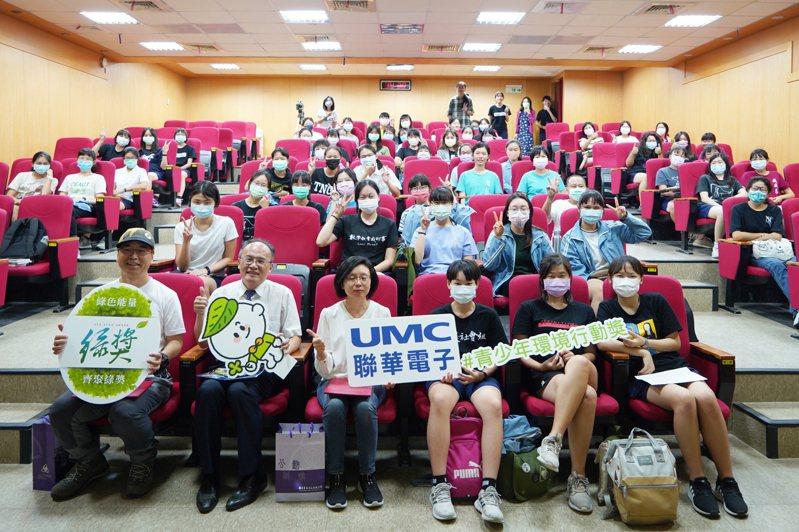 第六屆綠獎校園徵件活動前進臺南女中。校長鄭文儀(前排左二)與80位師生熱情歡迎聯華電子代表林珮萱(前排左三)與本次演講嘉賓麥覺明導演(前排左一)。