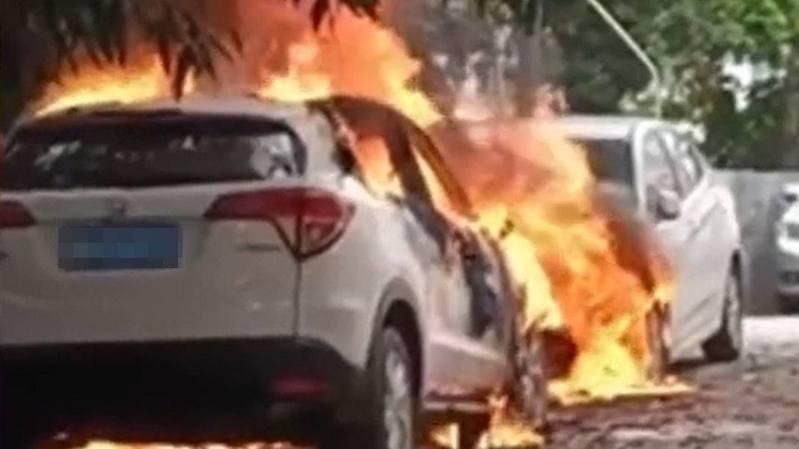 泊在路邊的車突然起火,燒至面目全非。(網路圖片)