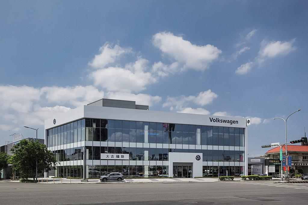 建築外觀以玻璃帷幕打造,呈現俐落視覺與高度通透性,同時符合德國原廠A級大型展示據...