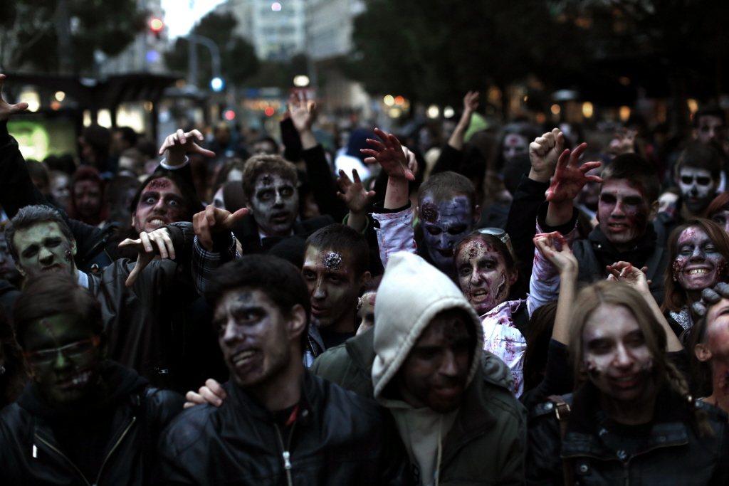 「當前的公共知識分子除了繼續本著事實與良知說話之外,也要有和殭屍戰鬥,勇於指出對方動機的心理準備。」示意圖,圖為塞爾維亞2014年舉辦的殭屍遊行。 圖/美聯社