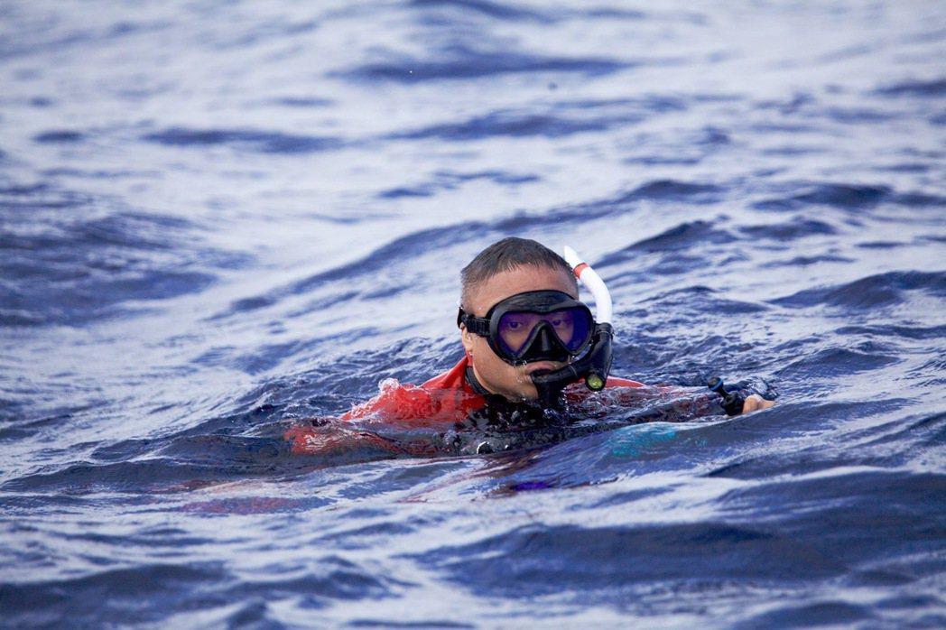 《男人與他的海》導演黃嘉在東加。 圖/牽猴子提供
