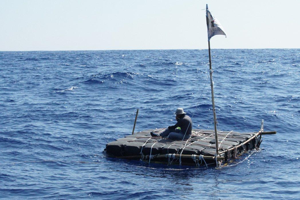 《男人與他的海》劇照,廖鴻基黑潮漂流。 圖/牽猴子提供