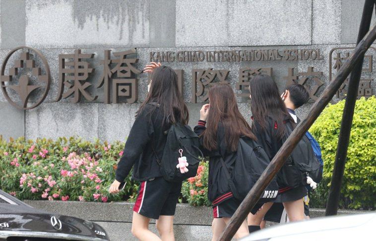 林口康橋國際學校有一名學生確診、一個抗體陽性,已進行疫調,並在全校消毒,所有學生...