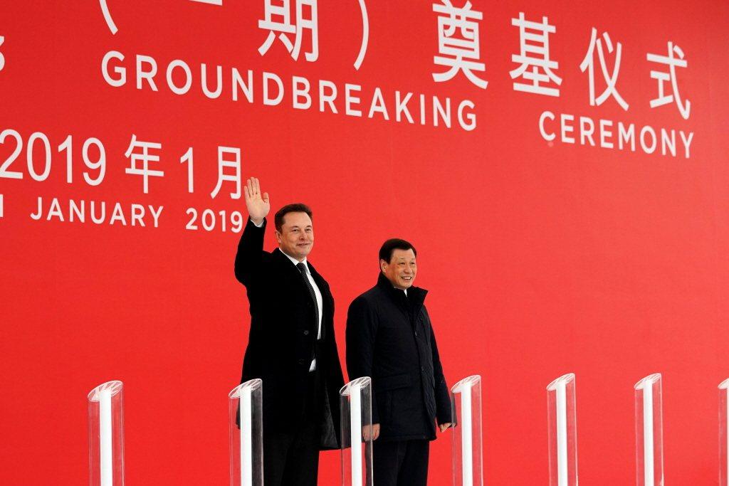 2019年1月7日,馬斯克與上海市長應勇共同主持特斯拉上海廠奠基儀式。 圖/路透社