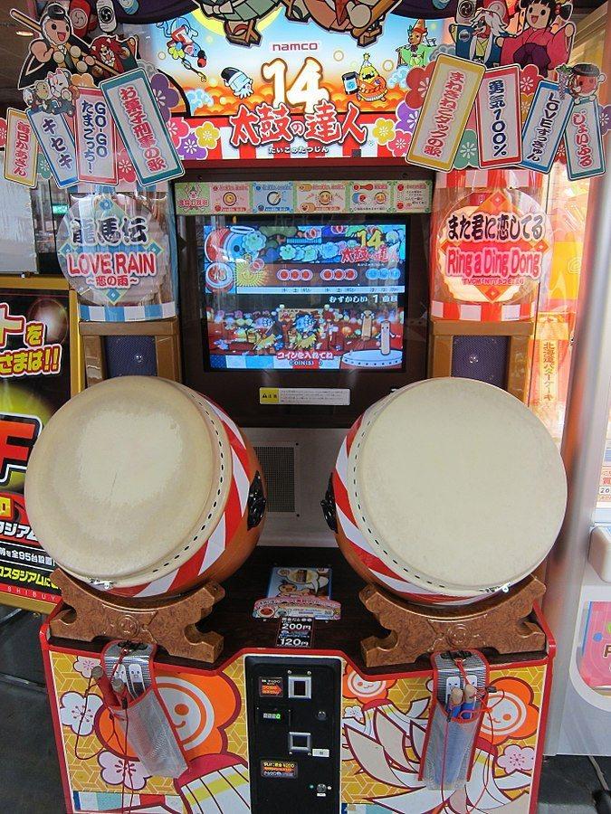 日本知名電玩機台「太鼓達人」推出至今20年,仍是相當具人氣的遊戲機台。圖擷取自維基百科