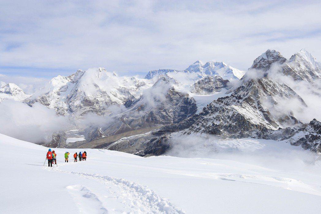 圖為梅樂峰下山遠眺聖母峰。 圖/雪羊提供