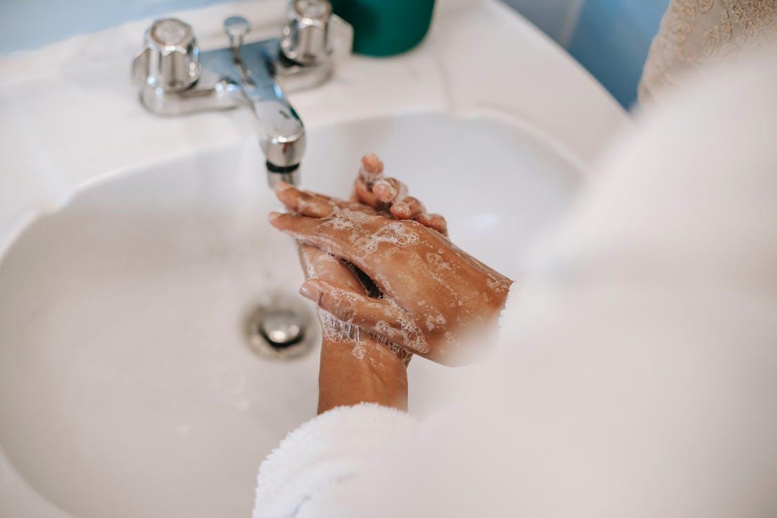 很多人常會無意識開著水龍頭,卻不使用水,這便犯了浪費水的大忌。 圖/pexels