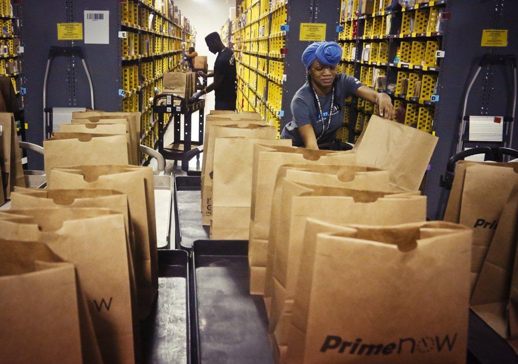 亞馬遜召開多次強制性的「資訊交流會議」,軟硬兼施地對倉儲工人表達「亞馬遜資方對員...