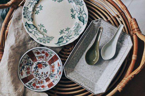廣州彩瓷(左)、香港工藝師的陶盤(右)、歐洲古董老盤(上)。 圖/周項萱攝影