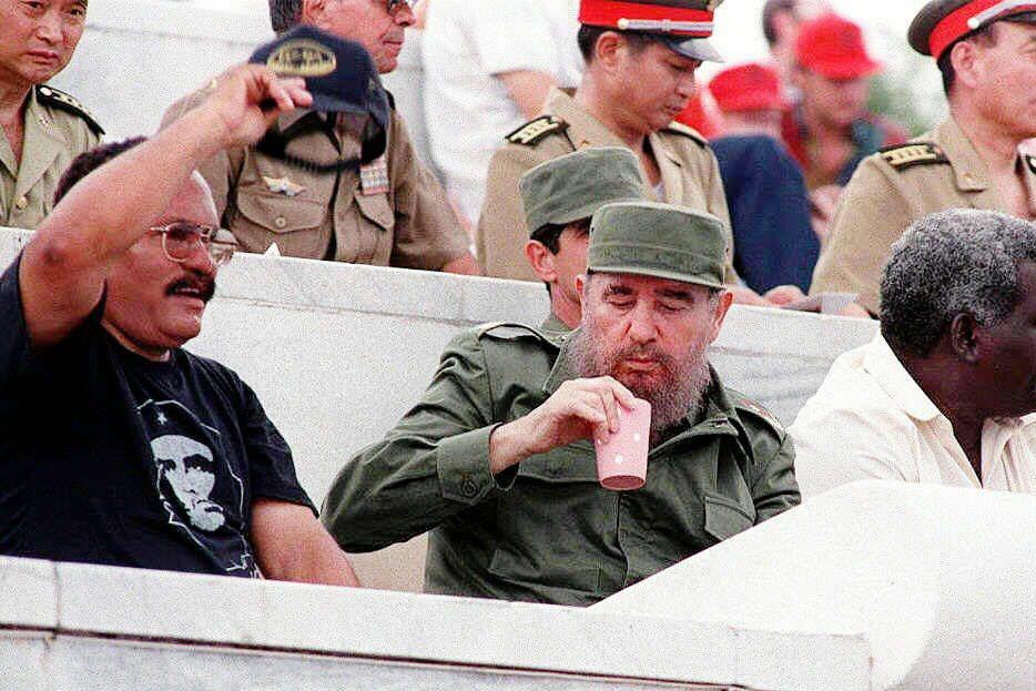 在讀了這些長期陪伴於獨裁者身旁的廚師們的觀察後,我們也更能了解到,掌握權力後的獨裁者,對周遭所有人有著各種猜疑,也不是毫無理由的。圖為古巴革命強人卡斯楚。攝於1997年。 圖/法新社