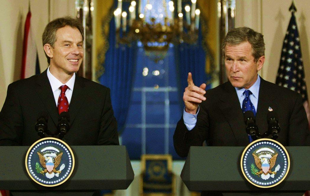 圖為2003年布萊爾與布希對伊拉克戰爭共同發表聲明。 圖/美聯社