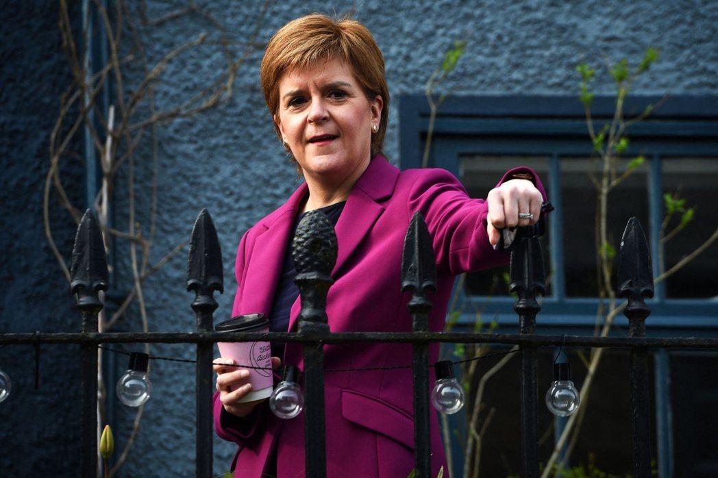 在疫情當中,史特金率領的蘇格蘭,防疫表現得到基層的認可與讚賞,並連帶拉抬SNP的...
