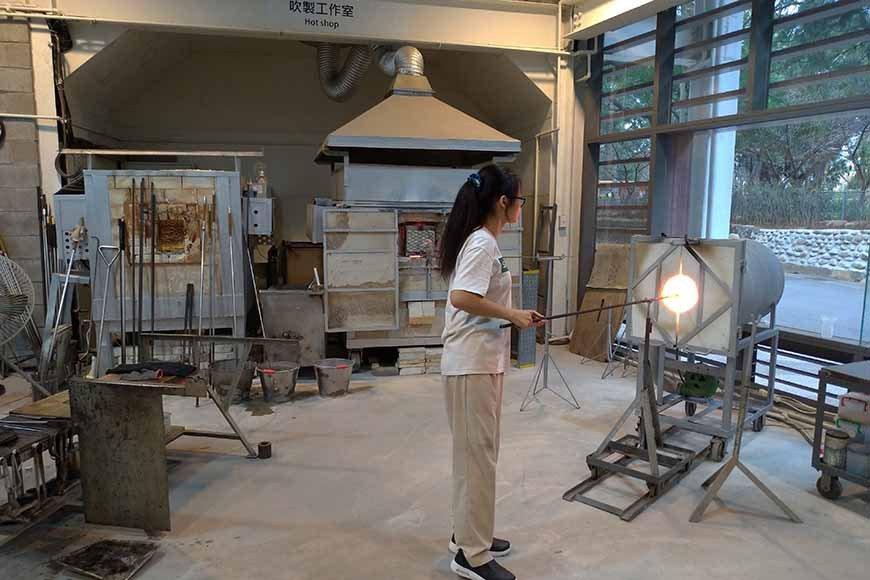 一樓為玻璃工坊,除有玻璃師傅常駐示範工藝,也開放民眾報名口吹、拉絲玻璃等體驗課程...