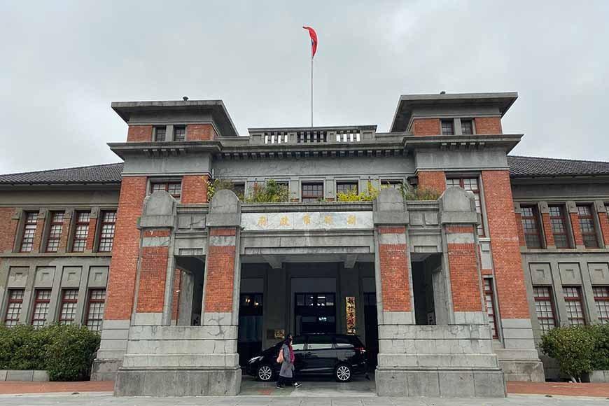 正門的雙門柱及塔樓設計,搭配兩側歐風線條圓窗,莊重大氣。 圖/泰國劉德華 攝影