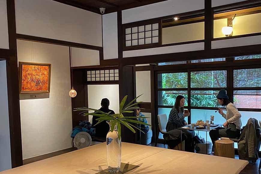 建築內部線條多以「円(Yen,元)」作為基本圖像,簡潔素雅。空間結合咖啡店,適合...