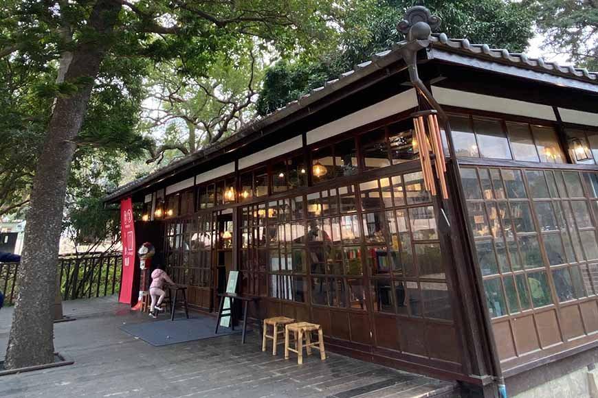 位在新竹公園麗池旁、新竹動物園對面,是日治時期招待日本官員的高級社交場所,料亭即...