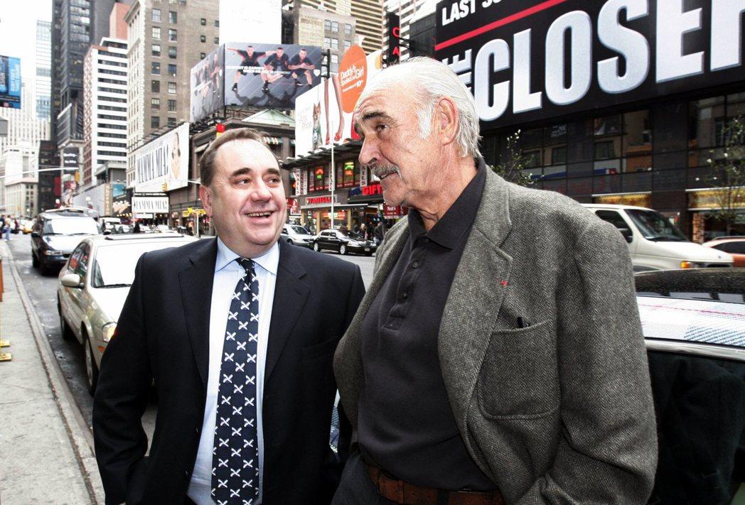薩孟德(左)與「007初號機」史恩康納萊(右)。2020年逝世的史恩康納萊,當初...