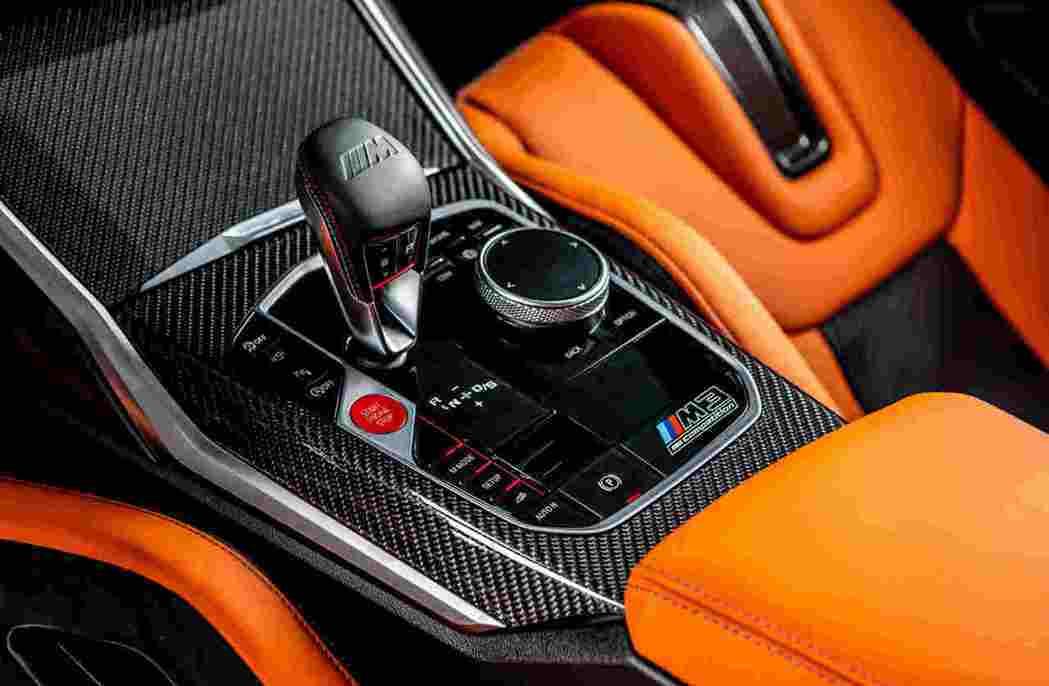 壓印M Logo與經典三色縫線的全新造型排檔桿,營造出令人熱血沸騰的車室氛圍。 ...