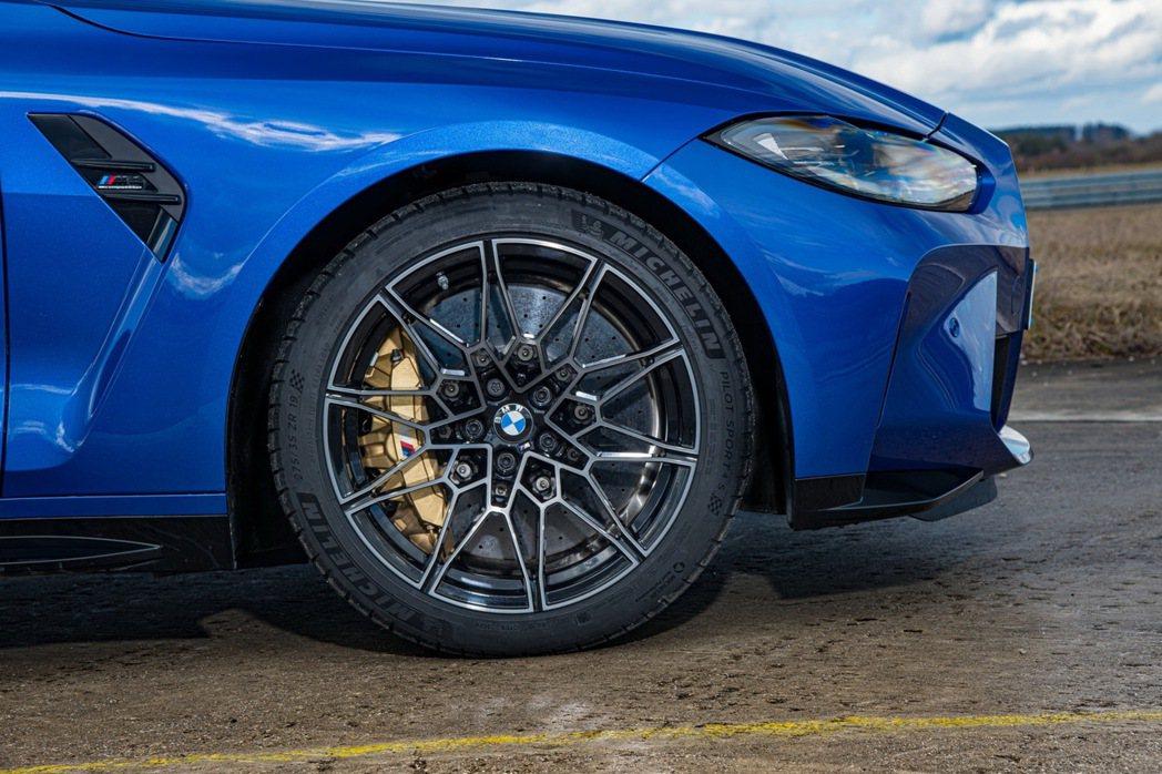 前19、後20吋M專屬鍛造雙輻式輪圈擁有較上一代車款更輕量且高韌性的強度。 圖/...