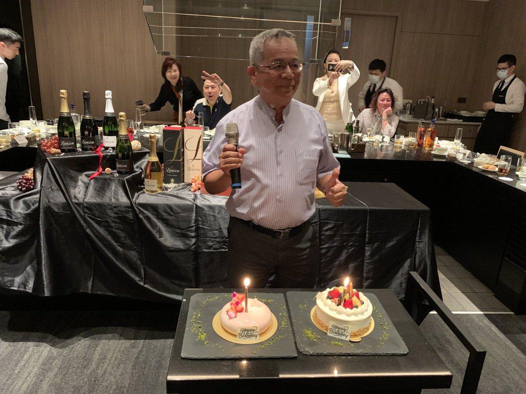 橡木桶洋酒董事長陳春安在發表會席間歡慶生日,帶著感恩的心,祝福大家。項家麟/攝影