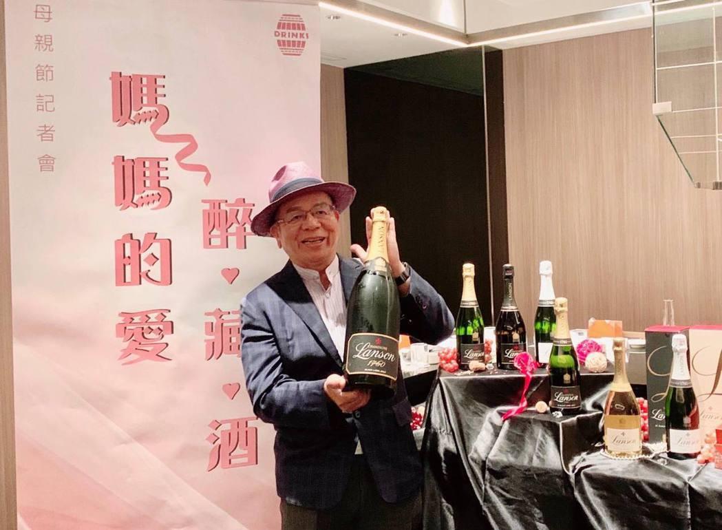橡木桶洋酒董事長陳春安展示蘭頌香檳(Lanson)三公升超大瓶裝,於宴會派對開瓶...