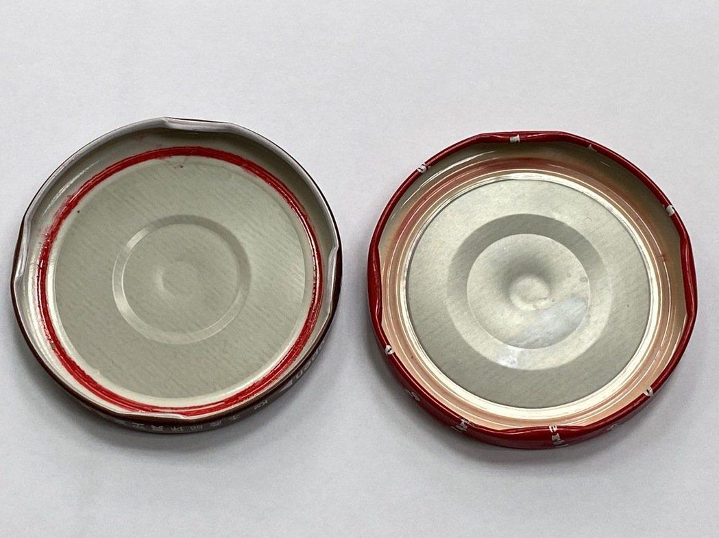 食品玻璃瓶採用的環保型爪蓋 (左),減少PVC內墊達40%,而且PVC內墊不易接...