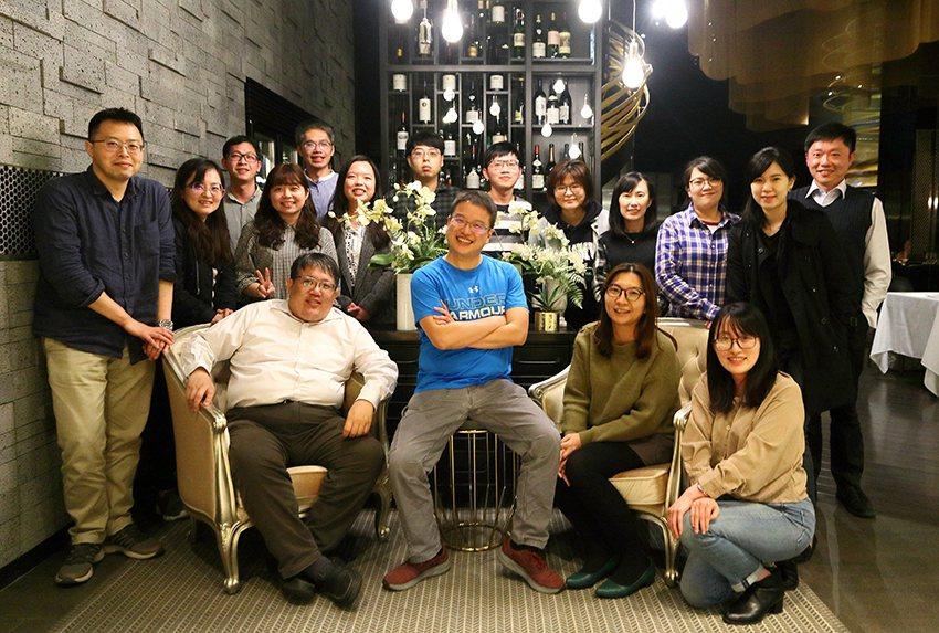 顧正崙副教授(前排左一)與實驗室團隊。 長庚大學/提供