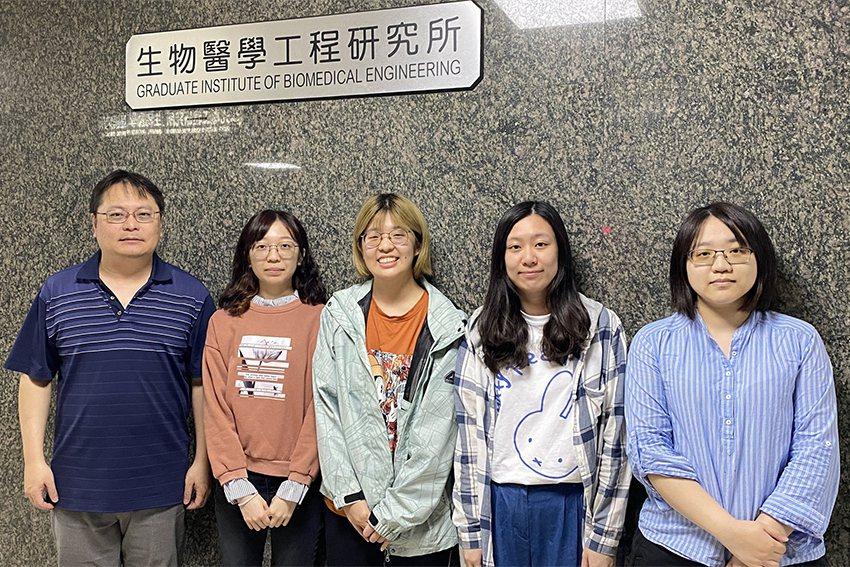 賴瑞陽教授(左)致力於眼部相關應用的科研工作。 長庚大學/提供