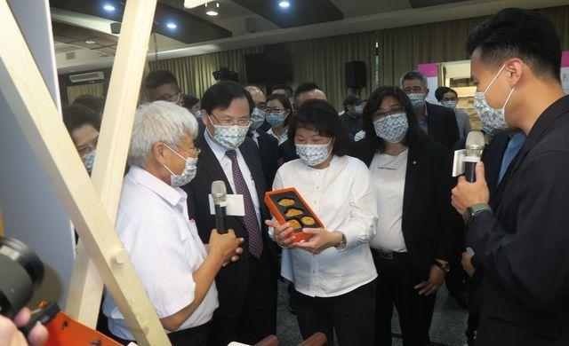 經濟部次長林全能(左二)、嘉義市長黃敏惠(左三)會後聯袂參觀業者設計作品,並讚許...