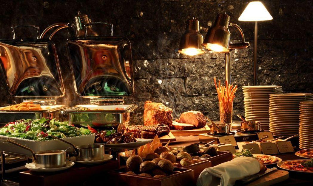 慕軒飯店GUSTOSO推出「謝師感恩派對」,可品嘗主廚特製的爐烤肋眼牛排、紅酒燉...