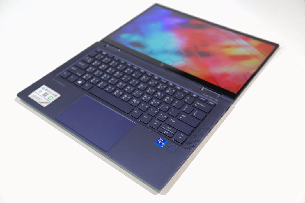 鍵盤採用橡膠圓頂鍵,長時間打字不累,更安靜外,指紋辨識區則置於C鍵右下。 彭子豪...