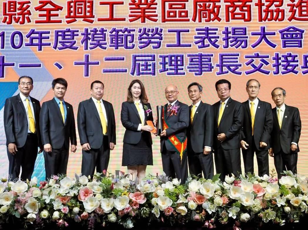 台灣雷射鈑金發展協會理事長林洧緹(左四)帶領理監事出席祝賀。 皇鋼機械/提供