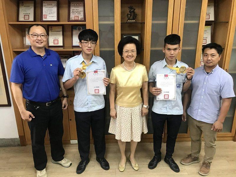 嶺東中學校長楊寶琴(中)與指導老師及2位冠軍選手合影。 嶺東中學/提供