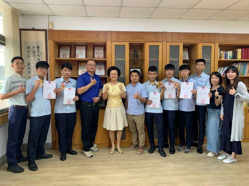 嶺東中學參加第51屆全國技能競賽中區分賽獲獎同學與師長合影。 嶺東中學/提供