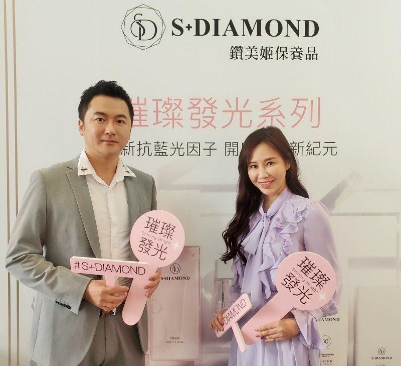 皮膚科醫師謝佳憲(左)與鑽美姬品牌負責人、晶鑽生醫董事長賴柏如,出席新品發表會。...