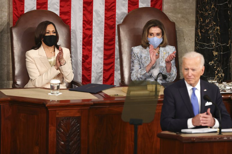 美國總統拜登今晚發表首場國會聯席演說,副總統賀錦麗和聯邦眾議院議長裴洛西坐在他後方,是美國史上首度有2位女性在國會聯席演說中與總統同框。美聯社