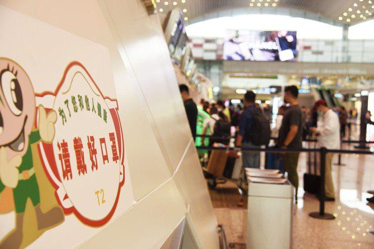 圖為中國廣州白雲國際機場內隨處可見防疫提醒。新華社