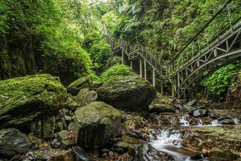 林美石磐步道內的長橋與溪谷、瀑布流水構成一幅意境山水畫。