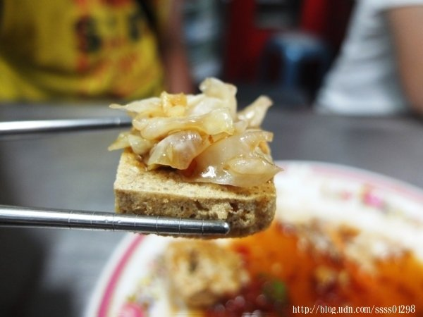 小巧薄片,一口就能吃一塊,剛好入嘴的大小,脆皮裡面帶點濕潤,不會乾乾的,的確相當好吃。