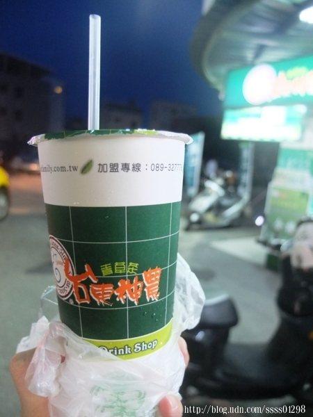 青草茶大杯35元,沒有太多的甜味,也沒有台南小西腳青草茶裡的那種薄荷味,喝起來太解渴了啦!