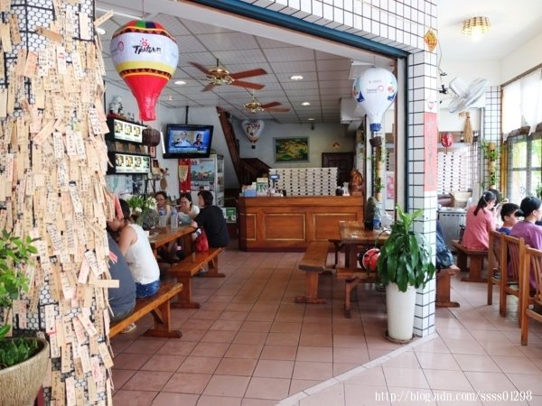 乾淨寬敞的內用環境,客人大都坐在左右兩側。