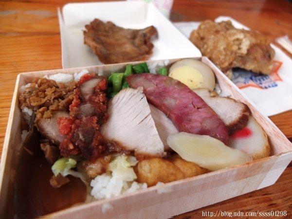 超有料的便當,一旁的雞塊是單點的,有排骨、滷蛋、肉片、紅燒肉、青菜等等等。