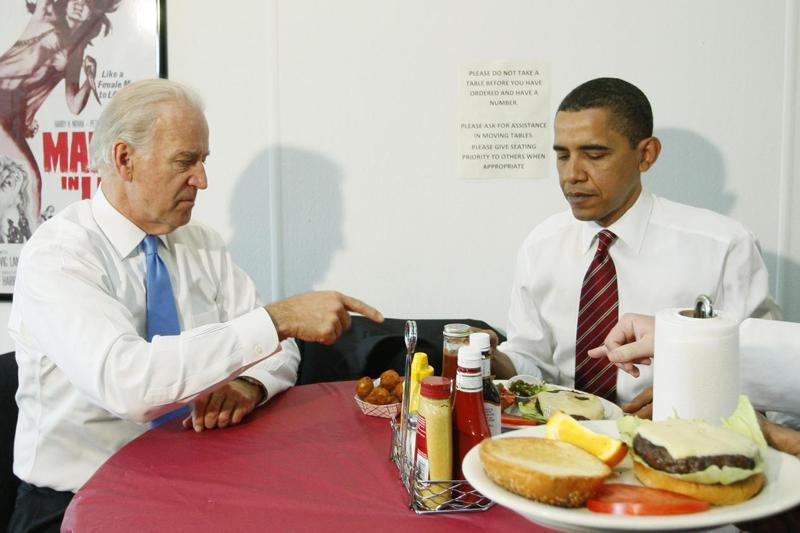眾多共和黨政客宣稱,拜登將限制美國人每個月只能吃一個漢堡。圖為2009年時任副總統的拜登(左)跟前總統歐巴馬一同享用漢堡。 美聯社
