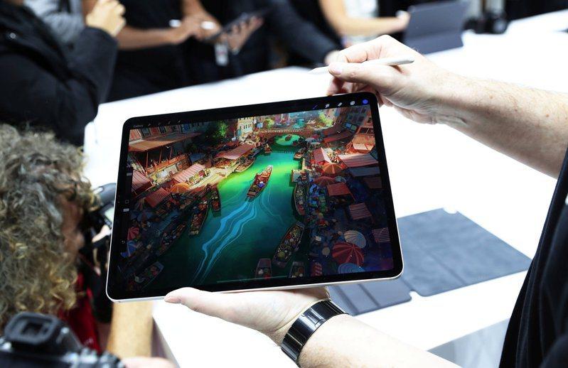 蘋果執行長和財務長警告,iPad、Mac產品受到晶片短缺供應問題影響。(路透)