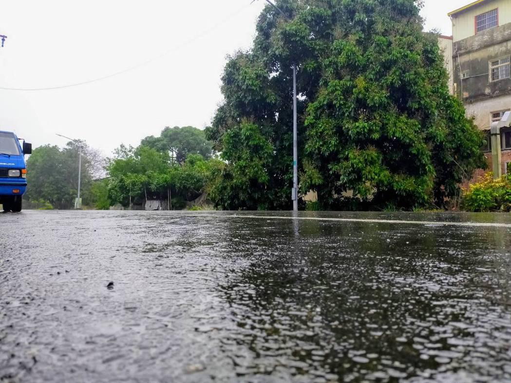 台南楠西山區清晨6點半開始下雨。圖/楊沁涓提供