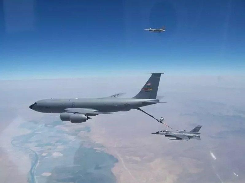 AIT曾披露台灣飛行員在美國路克基地駕F-16戰機接受美軍空中加油訓練的照片。圖/取自AIT臉書