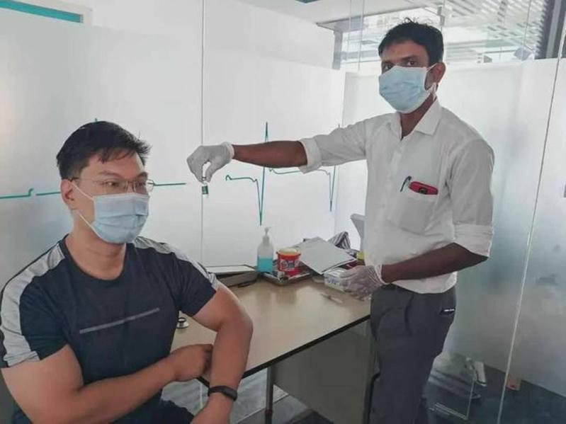 旅居印度的微信公眾號博主「隨水」,在印度接種新冠疫苗。(環球人物)