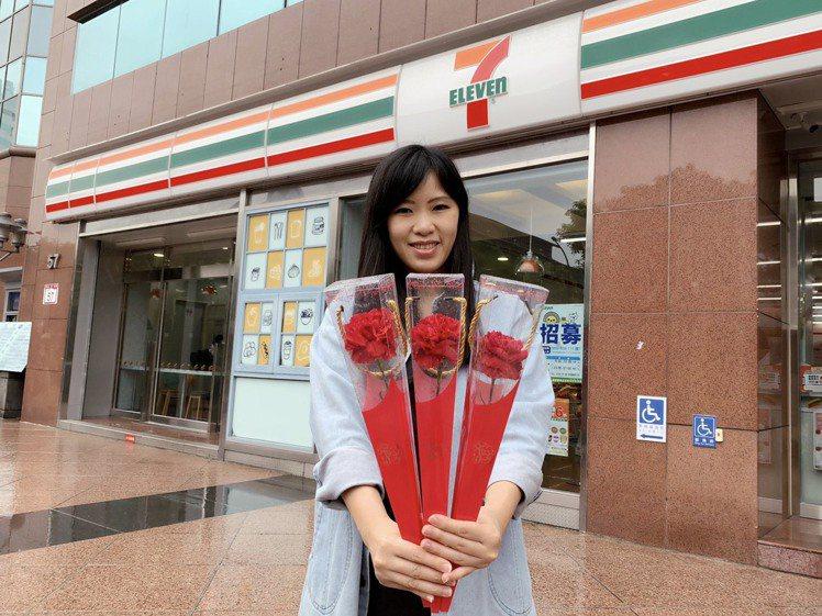 7-ELEVEN自5月4日起於門市限量販售哥倫比亞空運進口康乃馨鮮花,售價99元...