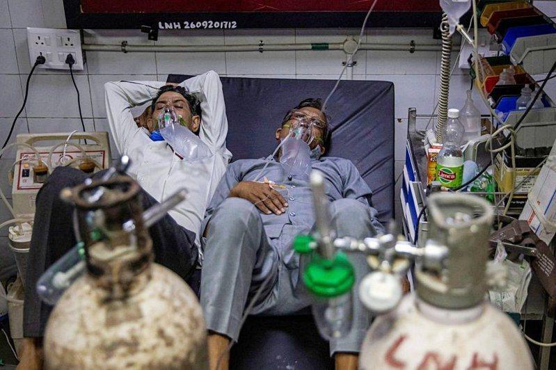 印度新冠肺炎疫情嚴重,當地醫療物資嚴重短缺。路透